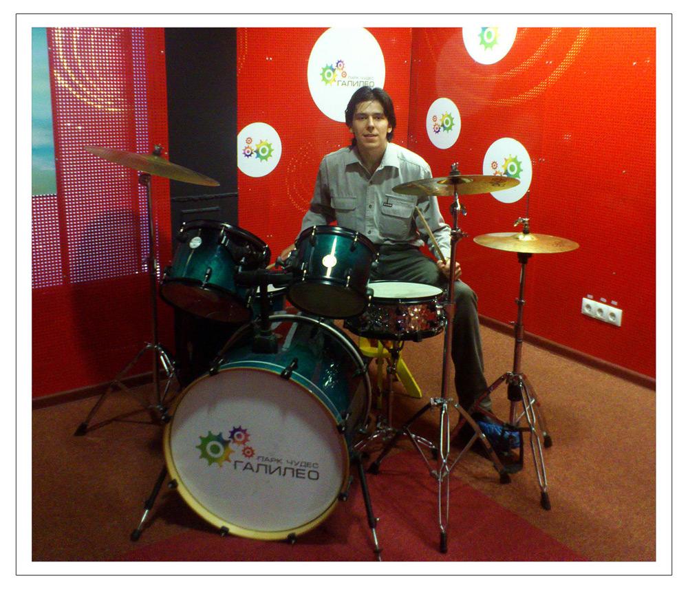 Эдвард Бедарев за барабанной установкой в Новосибирске