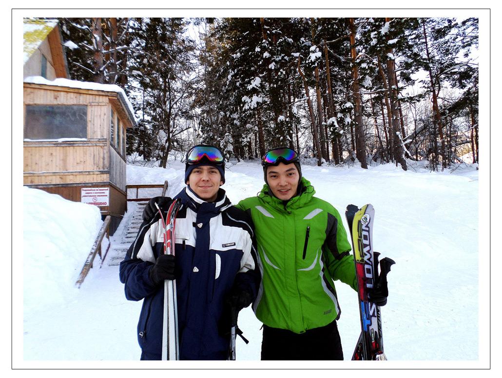 Эдвард Бедарев с другом Медетханом на горнолыжной базе