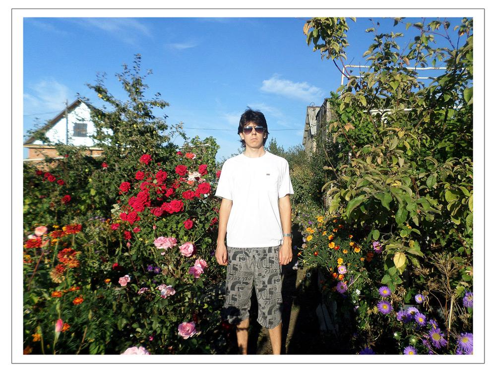 Эдварда Бедарев на даче в окружении цветов
